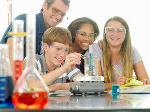 School students (12-14) and teacher with experiment in science classの写真素材 [FYI02692332]