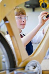 Female high school student in woodworking classの写真素材 [FYI02692334]