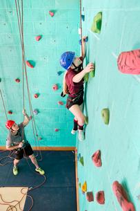 Girl climbing rock climbing wallの写真素材 [FYI02692377]