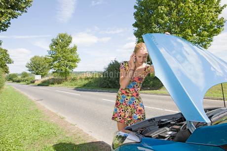 Woman With Broken Down Car Phoning For Assistanceの写真素材 [FYI02692400]