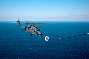 An HH-60 Pave Hawk refuels over the Pacific Ocean.の写真素材 [FYI02692426]