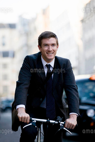 A businessman commuting to workの写真素材 [FYI02692445]