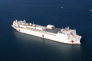 USNS Comfort is anchored just off the coast of Haiti in suppの写真素材 [FYI02692465]
