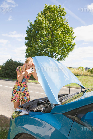 Woman With Broken Down Car Phoning For Assistanceの写真素材 [FYI02692497]