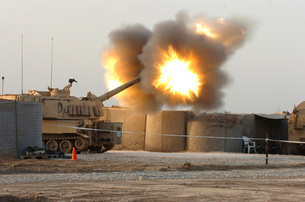 Soldiers fire the howitzers on their M109A6 Paladins.の写真素材 [FYI02692502]