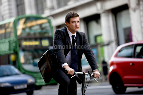 A businessman commuting to workの写真素材 [FYI02692532]