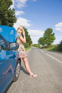 Woman With Broken Down Car Phoning For Assistanceの写真素材 [FYI02692538]
