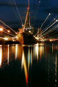 Holiday lights shine from guided-missile destroyer USS Russeの写真素材 [FYI02692547]