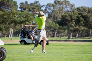 Male Golfer With Artificial Leg Teeing Off On Golf Courseの写真素材 [FYI02692565]