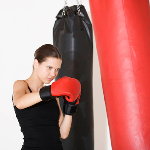 A young woman boxingの写真素材 [FYI02692607]