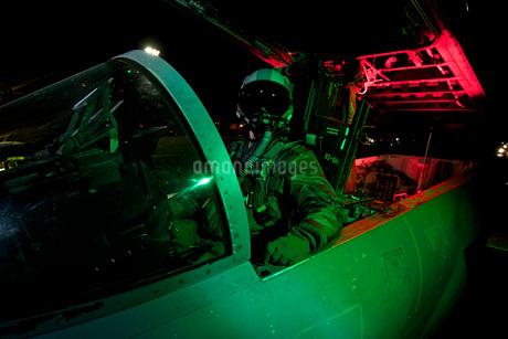 A U.S. Air Force pilot sits inside the cockpit of a F-15C Eagle.の写真素材 [FYI02692653]