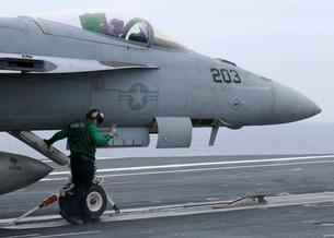 An aviation boatswain's mate prepares an F/A-18E Super Horneの写真素材 [FYI02692659]