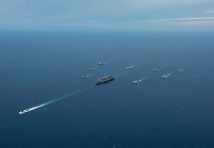 Carrier Strike Group formation of ships in the Bay of Bengalの写真素材 [FYI02692664]