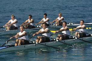 Team of rowers competingの写真素材 [FYI02692668]
