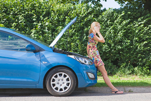 Woman With Broken Down Car Phoning For Assistanceの写真素材 [FYI02692700]