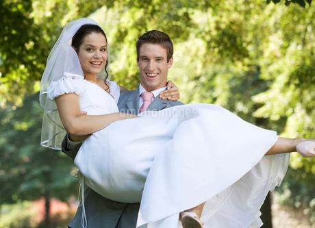 A groom carrying his brideの写真素材 [FYI02692722]