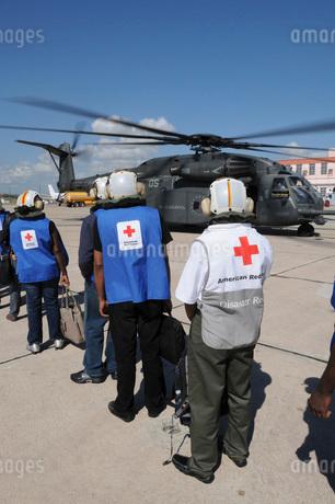American Red Cross volunteers prepare to board a MH-53E Seaの写真素材 [FYI02692767]