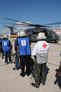 American Red Cross volunteers prepare to board a MH-53E Seaの写真素材 [FYI02692767]