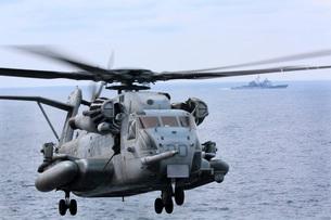 A CH-53E Super Stallion conducts flight operations.の写真素材 [FYI02692840]