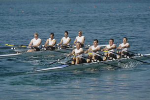 Team of rowers competingの写真素材 [FYI02692930]