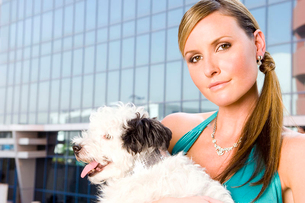 A woman holding a small dogの写真素材 [FYI02692941]