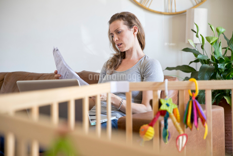 Stressed Mother With Laptop Looking At Household Billsの写真素材 [FYI02692998]