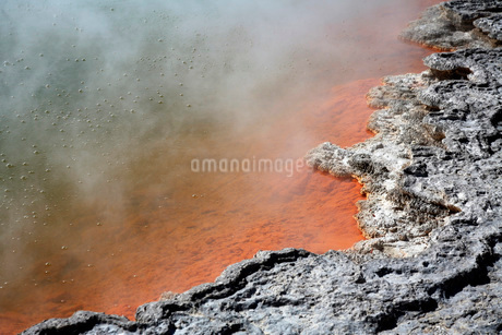 Bubbles rising in Champagne Pool hot spring, Wai-O-Tapu Geothermal area, New Zealand.の写真素材 [FYI02693045]