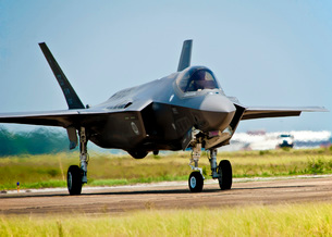 An F-35 Lightning II taxiing at Eglin Air Force Base, Florida.の写真素材 [FYI02693079]