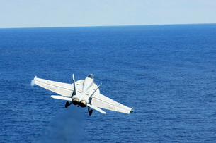 An F/A-18E Hornet taking off from USS George Washington.の写真素材 [FYI02693095]