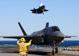 F-35B Lighnting II variants land aboard the flight deck of USS Wasp.の写真素材 [FYI02693121]