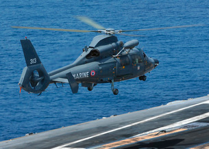 A French Dolphin 35F helicopter takes off from the flight deの写真素材 [FYI02693134]