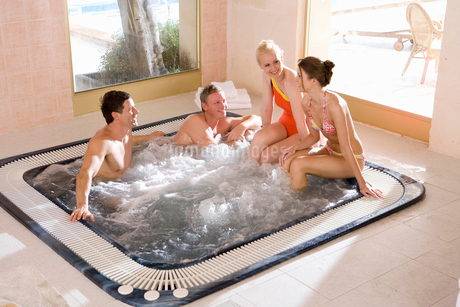 Couples in hot tubの写真素材 [FYI02693148]