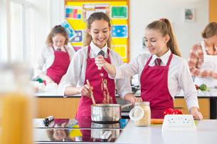 High school students cooking pasta in home economics classの写真素材 [FYI02693180]
