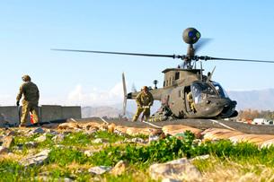 U.S. Army soldiers prepare to fuel an OH-58 Kiowa Warrior.の写真素材 [FYI02693201]
