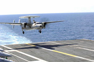 An E-2C Hawkeye makes its approach to the flight deck of USSの写真素材 [FYI02693232]