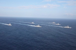 Military ships transit the Philippine Sea in formation.の写真素材 [FYI02693233]