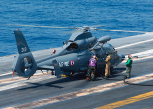 U.S. Navy Sailor refuels a French Dauphin 35F helicopter onの写真素材 [FYI02693278]