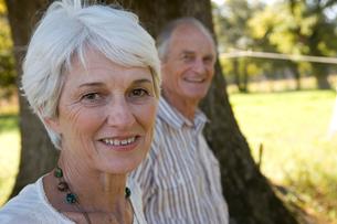 Portrait of senior couple smiling, close-up (differential focus)の写真素材 [FYI02693290]