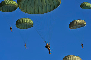 U.S. Army paratroopers participate in a personnel drop.の写真素材 [FYI02693365]