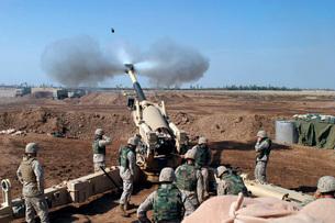 The U.S. Marine Corps M-198 155mm Howitzer gun crew.の写真素材 [FYI02693366]