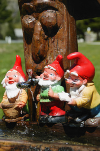 Close-up of miniature garden gnomesの写真素材 [FYI02693391]