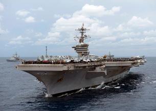 Nimitz class aircraft carrier USS Carl Vinson transits the Bの写真素材 [FYI02693427]