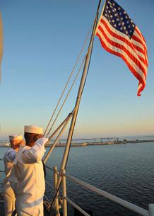 Sailors salute the national ensign aboard USS Bataan.の写真素材 [FYI02693502]