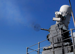 A Close-In Weapons System is fired aboard USS Bunker Hill.の写真素材 [FYI02693503]