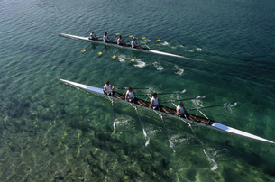 Team of rowers competingの写真素材 [FYI02693556]
