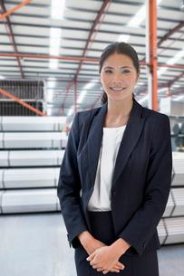 Businesswoman In Steel Store Of Engineering Factoryの写真素材 [FYI02693563]