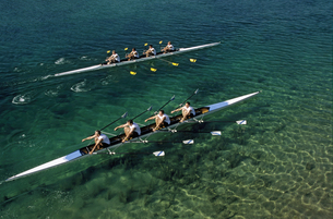 Two teams rowing against each otherの写真素材 [FYI02693589]