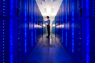 IT technician checking network serverの写真素材 [FYI02693593]