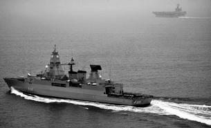 German navy frigate FGS Hessen cruises alongside USS Harry Sの写真素材 [FYI02693642]
