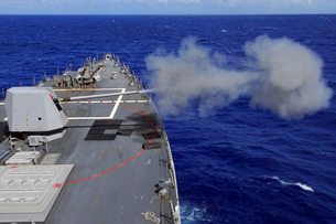 The guided-missile destroyer USS McCampbell fires the MK-45の写真素材 [FYI02693647]